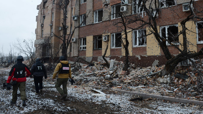 Journalists near the building of the airport of Donetsk which was destroyed by shelling. (RIA Novosti/Mikhail Voskresenskiy)