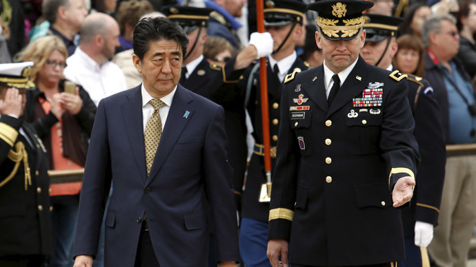 Japanese Prime Minister Shinzo Abe (L) participates in a wreath laying ceremony at the Tomb of the Unknowns in Arlington National Cemetery in Washington April 27, 2015. (Reuters / Yuri Gripas)