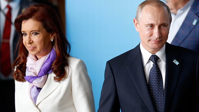 Russia's President Vladimir Putin (R) and Argentina's President Cristina Fernandez de Kirchner arrive to the official photo session for the BRICS summit (Reuters / Sergio Moraes)