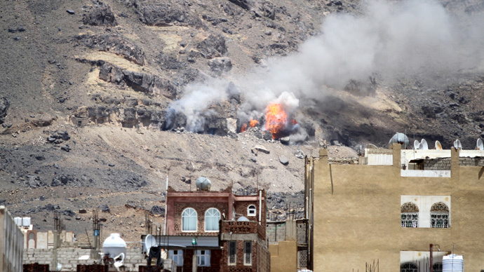 Smoke billows from Noqum mountain after it was hit by an air strike in Yemen's capital Sanaa June 1, 2015. (Reuters / Mohamed al-Sayaghi)