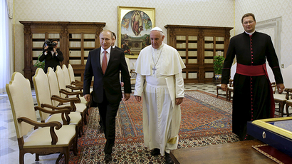 Russian President Vladimir Putin (L) meets Pope Francis during a private meeting at Vatican City, June 10, 2015 (Reuters / Gregorio Borgia)