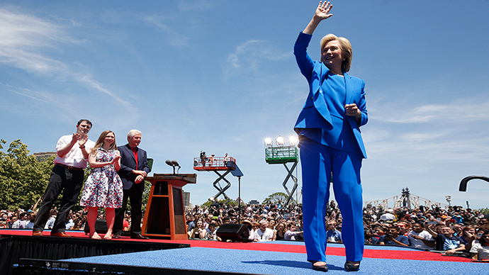 """US Democratic presidential candidate Hillary Clinton is joined onstage by her husband former President Bill Clinton, her daughter Chelsea and her husband Marc Mezvinsky (L) after she delivered her """"official launch speech"""" at a campaign kick off rally in Franklin D. Roosevelt Four Freedoms Park on Roosevelt Island in New York City, June 13, 2015 (Reuters / Lucas Jackson)"""