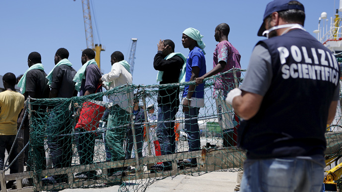 Migrants disembark from the Panamanian ship Dignity 1 in the Sicilian harbour of Pozzallo, Italy, June 23, 2015. (Reuters / Antonio Parrinello)