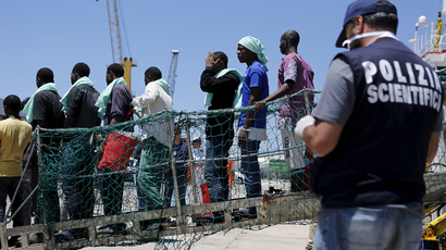 Migrants disembark from the Panamanian ship Dignity 1 in the Sicilian harbour of Pozzallo, Italy, June 23, 2015. (Reuters / Antonio Parrinello)