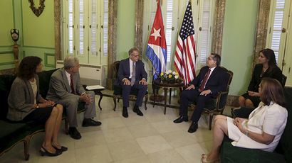 Chief of Mission at the U.S. Interests Section in Havana Jeffrey DeLaurentis (C, L) talks to Cuba's interim Foreign Minister Marcelino Medina in Havana July 1, 2015 (Reuters / Enrique de la Osa)
