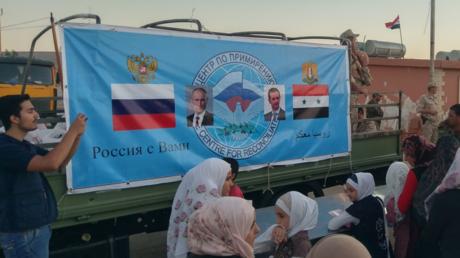Des réfugiés syriens reçoivent l'aide de l'UNICEF apportée par les armées russe et syrienne.
