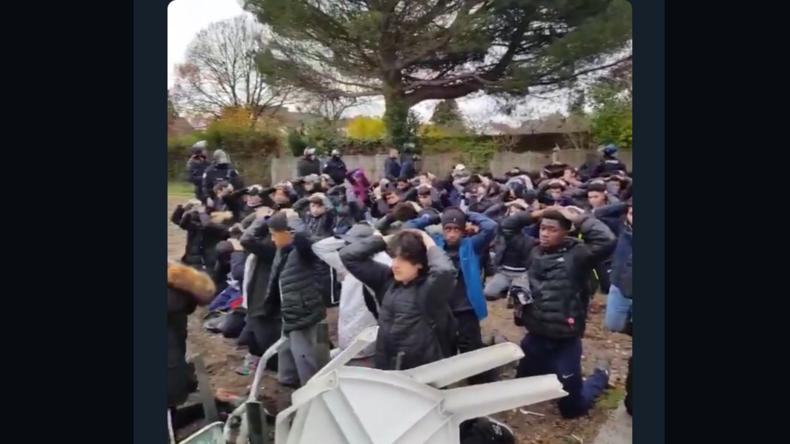 «Intolérable» : les images d'une arrestation de lycéens à Mantes-la-Jolie font scandale (VIDEOS)