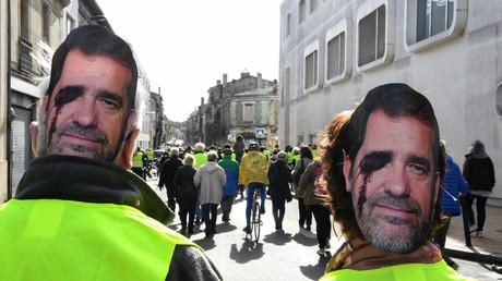 A Bordeaux pour l'acte 16 des Gilets jaunes, des manifestants arborent un masque à l'effigie du ministre de l'Intérieur Christophe Castaner. Ce dernier est représenté avec une blessure à l'œil (image d'illustration).