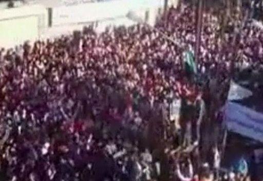 عشرات الآلاف يتظاهرون في حمص يوم وصول بعثة المراقبين العرب إلى المدينة