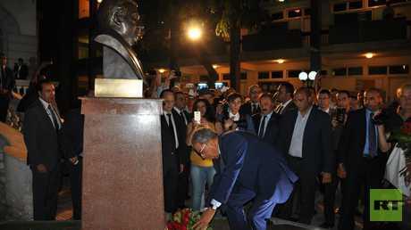 عمرو موسى مع تمثال بريماكوف
