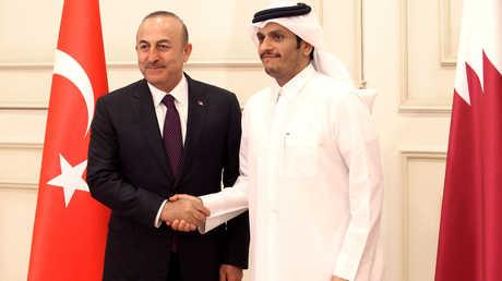 وزير الخارجية القطري، الشيخ محمد بن عبد الرحمن آل ثاني، ونظيره التركي، مولود تشاووش أوغلو