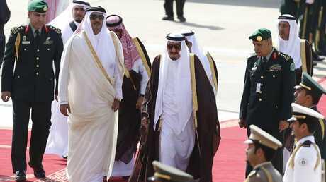 العاهل السعودي وأمير قطر في لقاء سابق