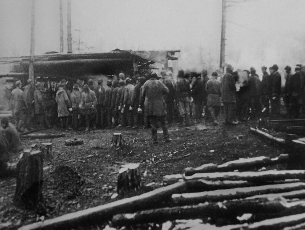 Ред испред кантине. Бајкалско-амурска железничка магистрала. Фотографија из 1933.