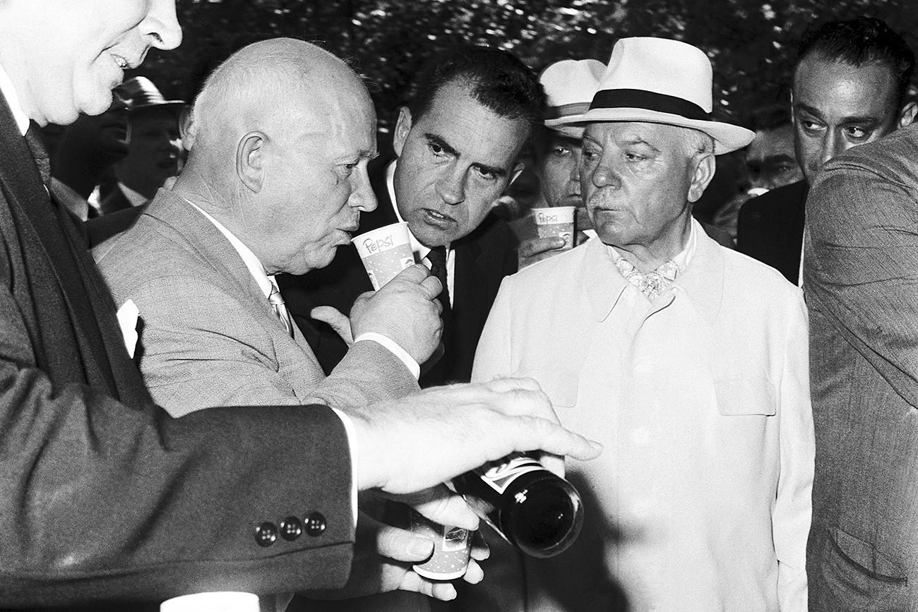 Khruschov experimenta Pepsi pela primeira vez