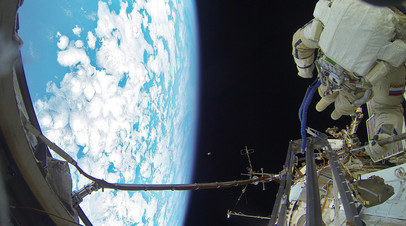 Источник: российские космонавты могут совершить два внеплановых выхода в открытый космос