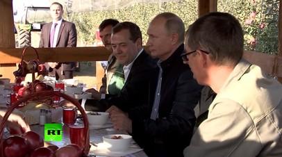 Станичный обед: Путина и Медведева в Ставропольском крае накормили борщом и котлетами