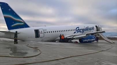 Спасатели ликвидируют последствия разлива авиатоплива после ЧП с самолётом в Якутске