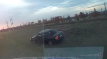 Пьяный водитель 100 метров протащил застрявшего в окне инспектора ДПС — видео
