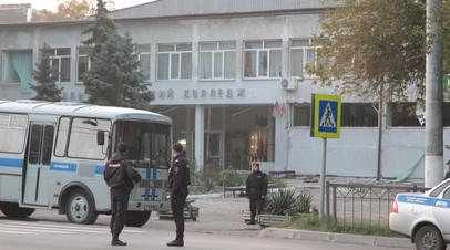 Сотрудники следственных органов работают около здания политехнического колледжа в Керчи