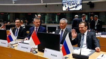 Медведев пообщался с Макроном перед пленарной сессией АСЕМ