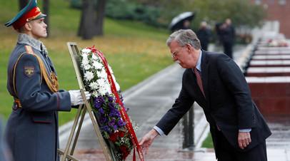 Болтон возложил цветы к Могиле Неизвестного Солдата в Москве