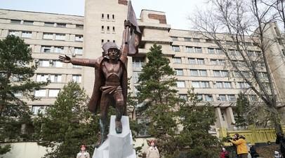 В Хабаровске вскрыли капсулу с посланием комсомольцев 1978 года