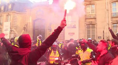 Перекрытые дороги, пробки и сотни пострадавших: французы протестуют против повышения цен на бензин