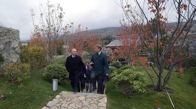 Путин покормил карпов в крымском саду