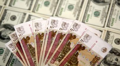Рубль в ходе торгов растёт к доллару и евро