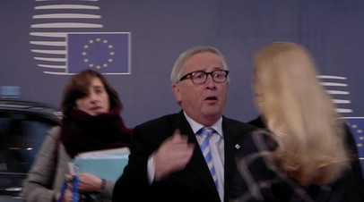 Юнкер потрепал чиновницу за волосы и кинул бумаги на пол во время саммита ЕС — видео
