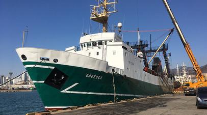 «Корабль внутри весь гнилой»: списавшиеся на берег моряки не могут покинуть судно в Тихом океане