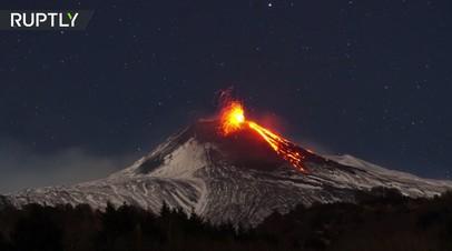 Огонь и лава: таймлапс извержения вулкана Этна в Италии