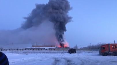 Под Оренбургом тушат крупный пожар на заводе цинкования