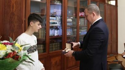В Астраханской области наградили подростка, спасшего провалившегося под лёд школьника