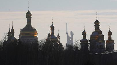 Вид на Киево-Печерскую лавру и монумент «Родина-мать»