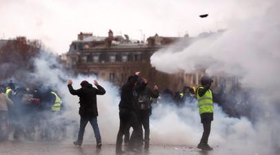 Полиция применяет слезоточивый газ на акции протеста в Париже