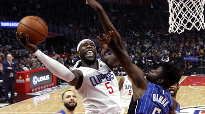 НБА оштрафовала игрока «Клипперс» за оскорбление фаната во время матча