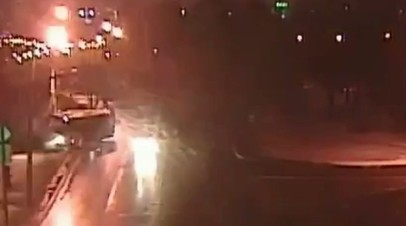 В Москве автобус врезался в столб после столкновения с автомобилем — видео