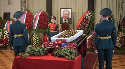 В Петербурге проходит церемония прощания с Жоресом Алфёровым